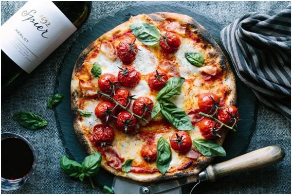 Basilikum-Pizza-mit-Speck-und-ger-steten-Tomaten
