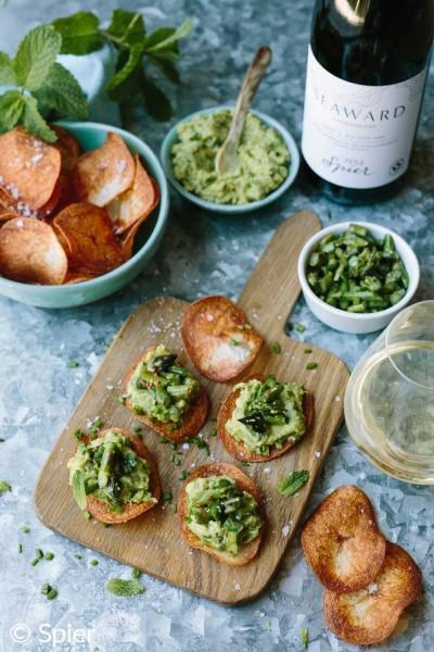 Knusprige-Kartoffelchips-mit-Avocado-Spargel-Topping